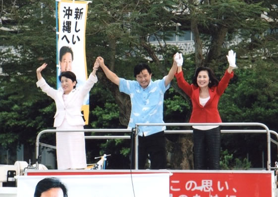 糸数慶子社大党委員長(参院議員)と共に那覇市の繁華街で街頭演説