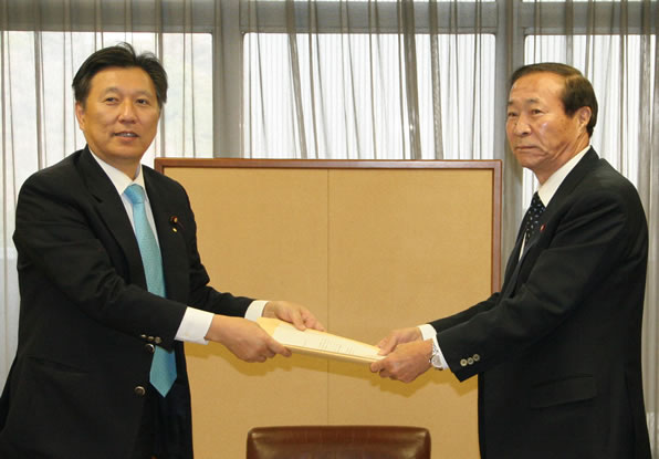 末松副大臣から要請書を受け取る重野幹事長