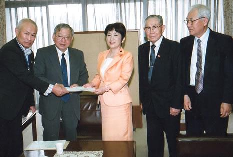 被団協の木戸事務局次長(中央左)らから要望書を受け取る